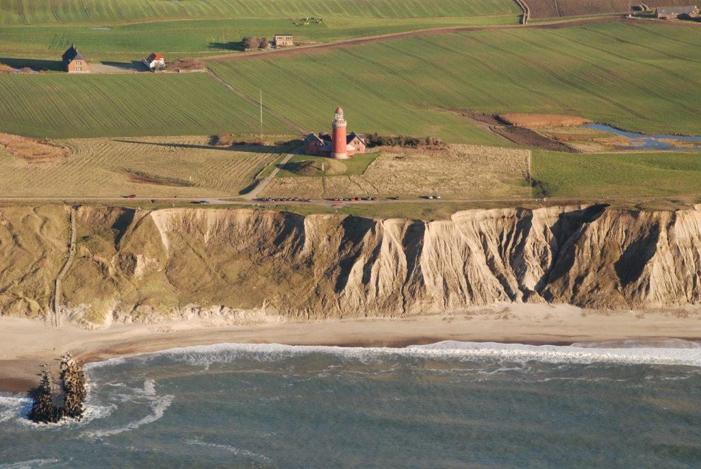 Luftfoto 04.11.07. Bovbjerg fyr med klint, høfde og hav i forgrund