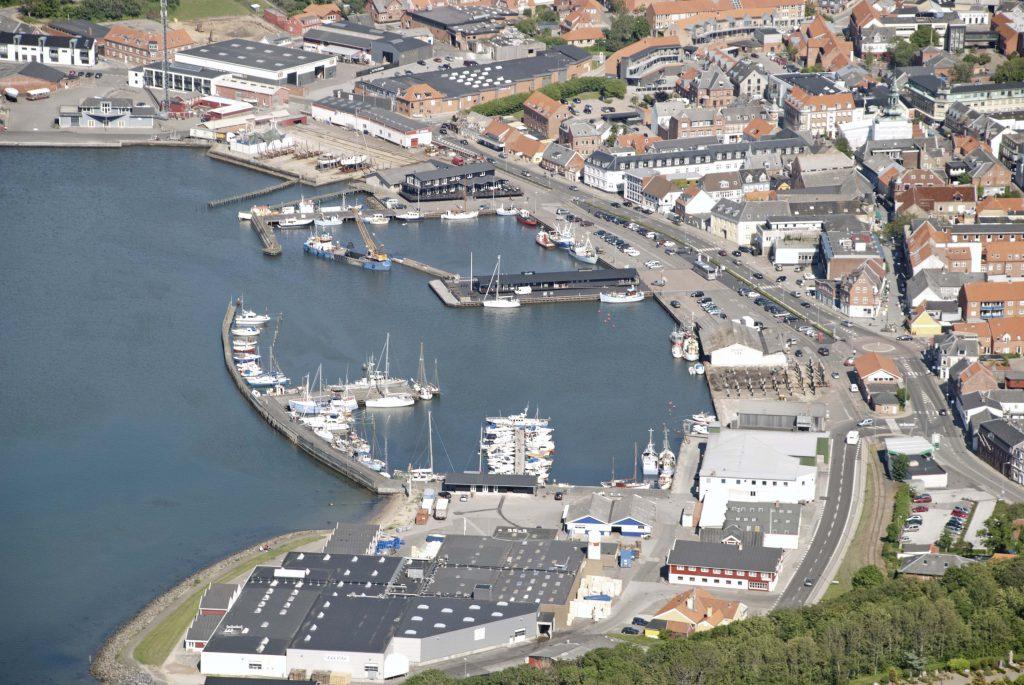 Luftfoto: Lemvig havn. Der arbejdes ved Mathildes kaj og på havnefronten ved Bjarnes fisk