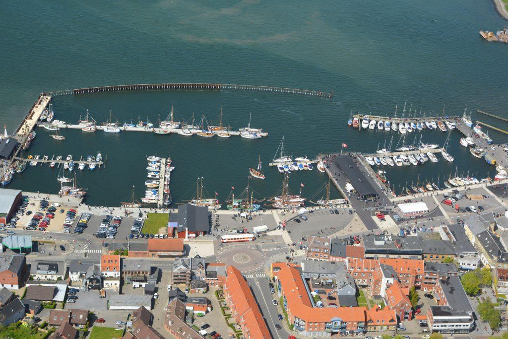 Luftfoto 23.05.15: gamle træskibe i Lemvig. Bjergbanen fra VLTJ kører ned ad Vesterbjerg til havn og gågade