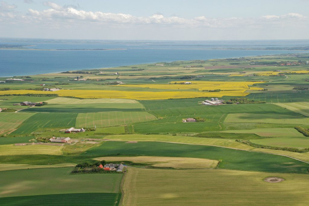 Luftfoto 21.05.08: Landskab ud mod Nissum bredning. I horisonten ses Thyholm, Oddesund og Venø