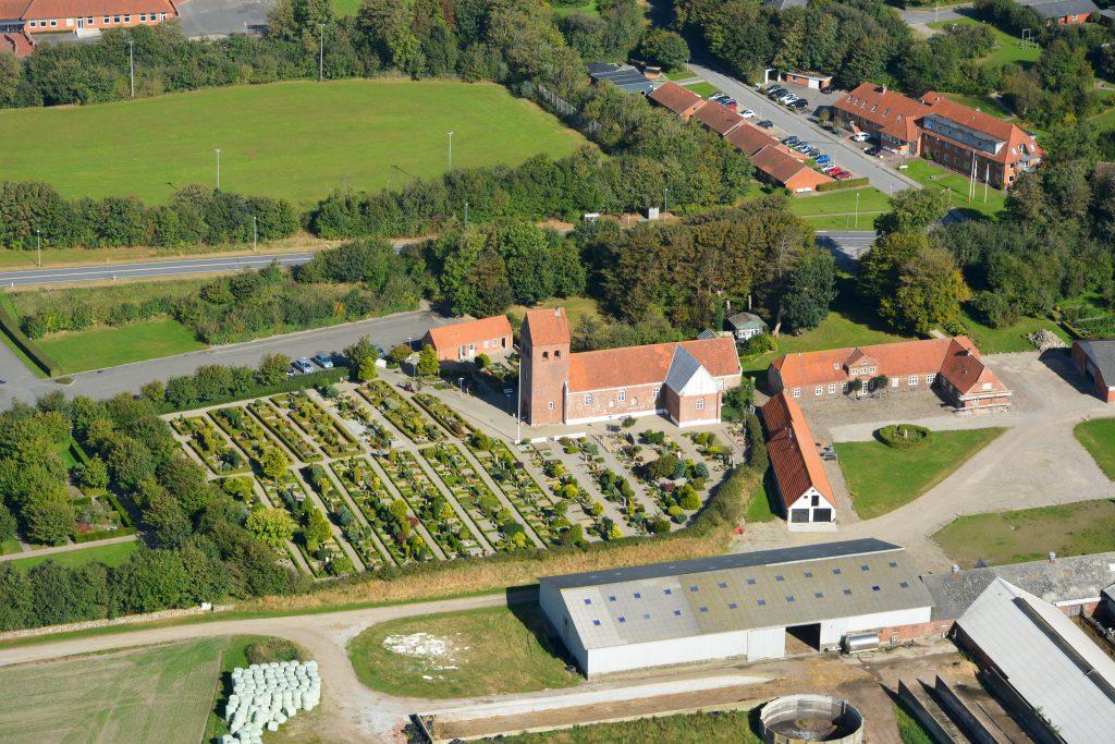 26.09.16 luftfoto: Gudum kirke (10 km. øst for Lemvig)