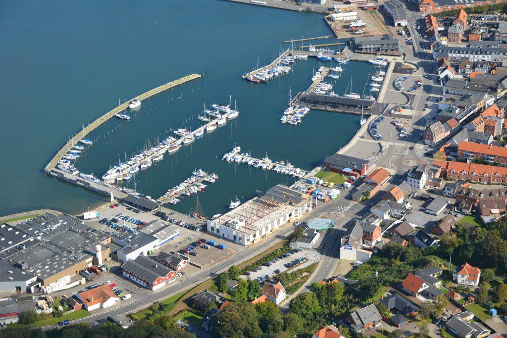 26.09.16 luftfoto: Lemvig havn. Det gamle isværk er væk og et nyt (bowlingcenter m.v.) er godt på vej