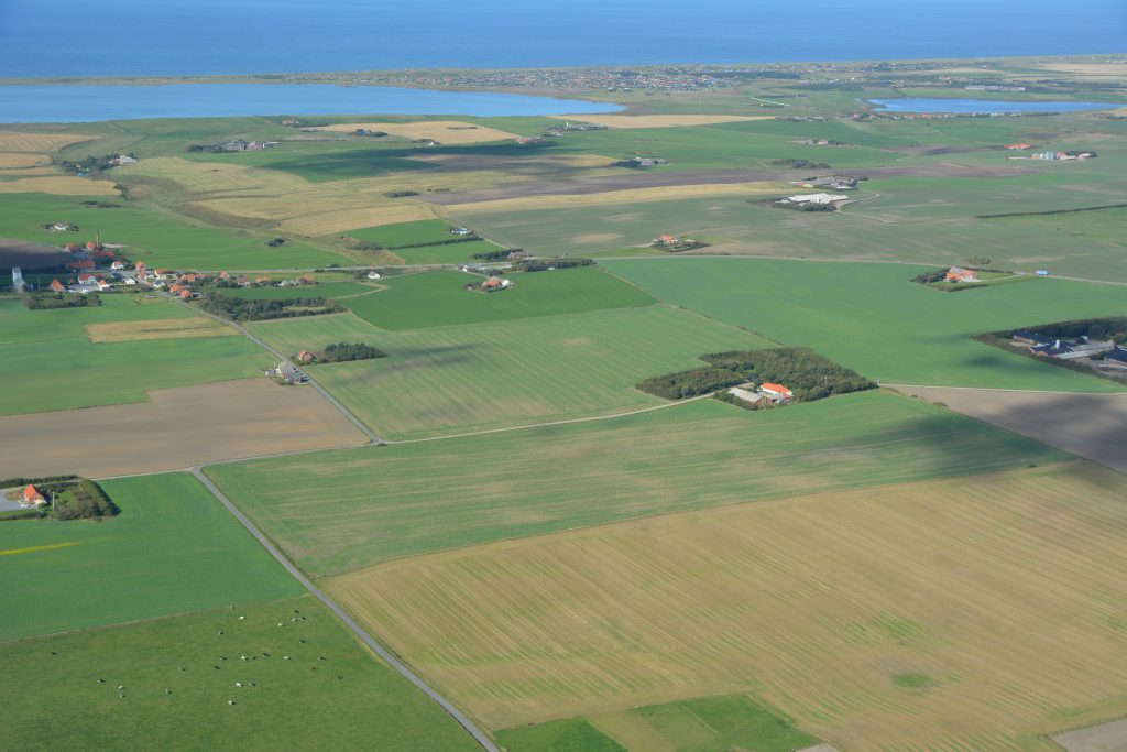 Luftfoto 26.09.16: Vandborg med Ferring sø, Vejlby klit og Vesterhavet i baggrunden