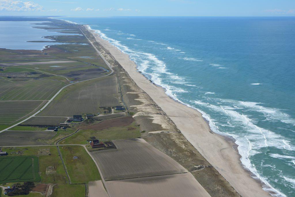 Luftfoto: Vesterhavet, strand og klitter syd for Fjaltring