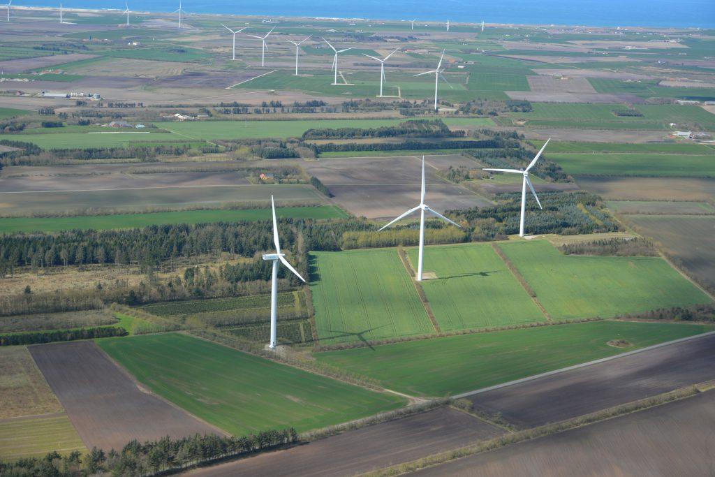 Vestjysk landskab med vindmøller