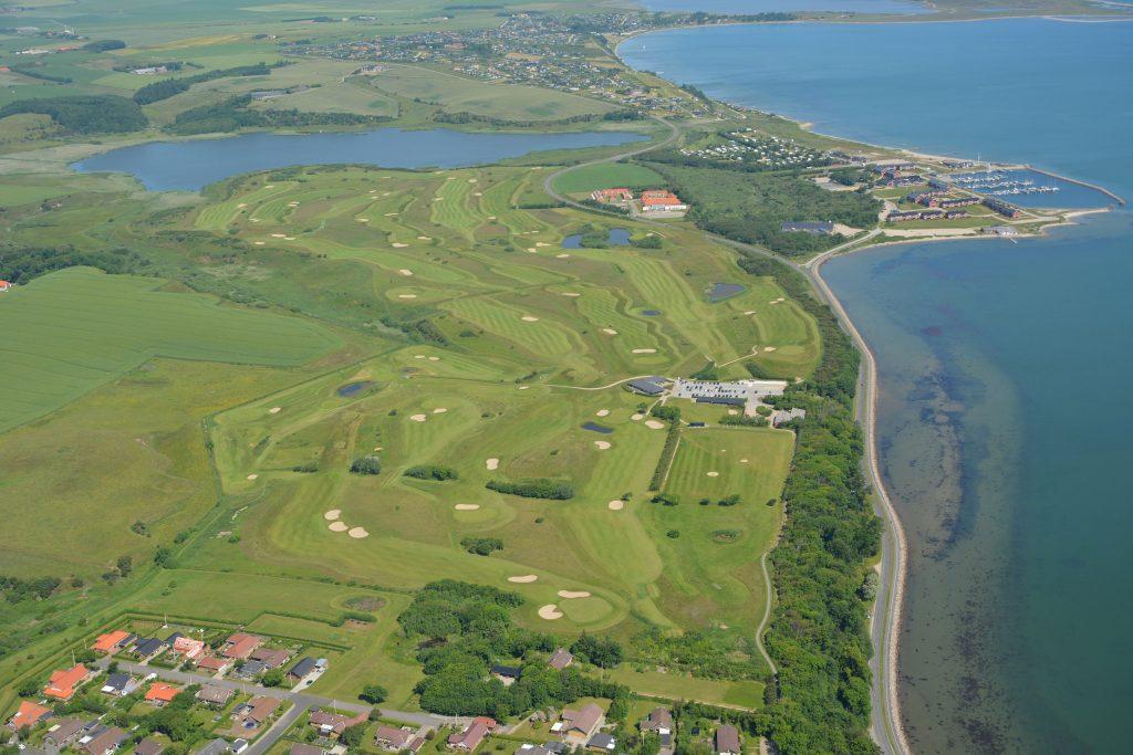 Luftfoto 19.06.17: Lemvig golfbane set fra syd mod nord. Strandvejen og Vinkelhage ses i billedets højre side.