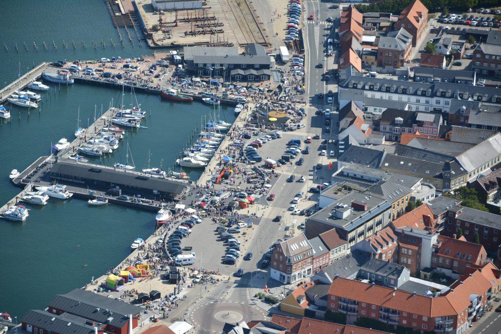 Luftfoto: Bagagerumsmarked på Lemvig havn 16-07-2018