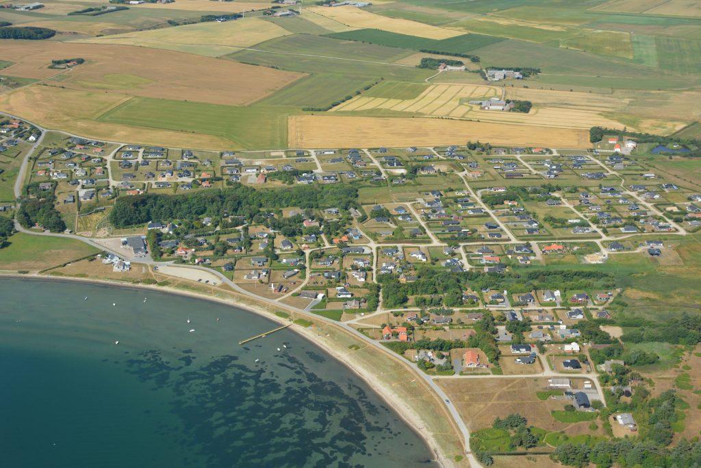 Luftfoto: Gjeller Odde / Odden med sommerhuse, kiosk m.v., ligger ved Lemvig, Limfjorden