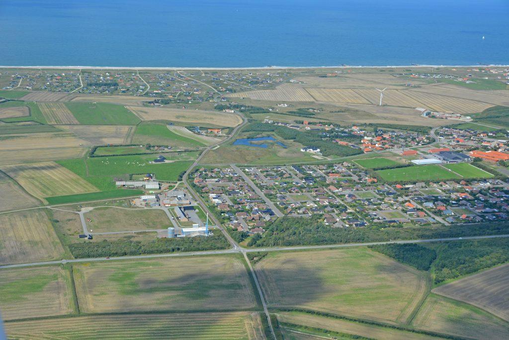 Luftfoto: den sydlige del af Harboøre by, Vesterhavet i baggrunden