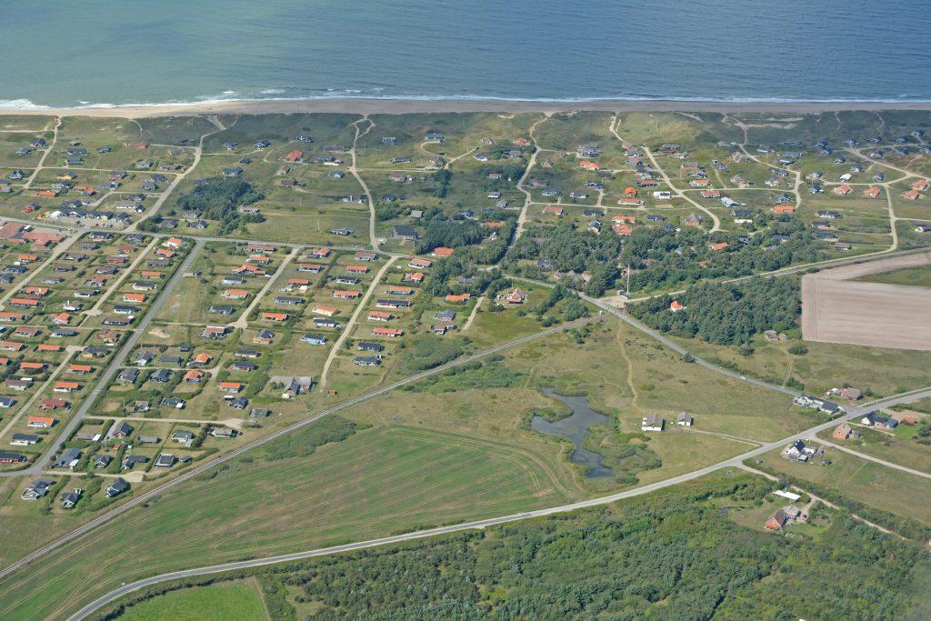 Sommerhusområde Vejlby Klit ved Vesterhavet. VLTJ station Victoria Street Station midt i billedet. Luftfoto 21.08.18