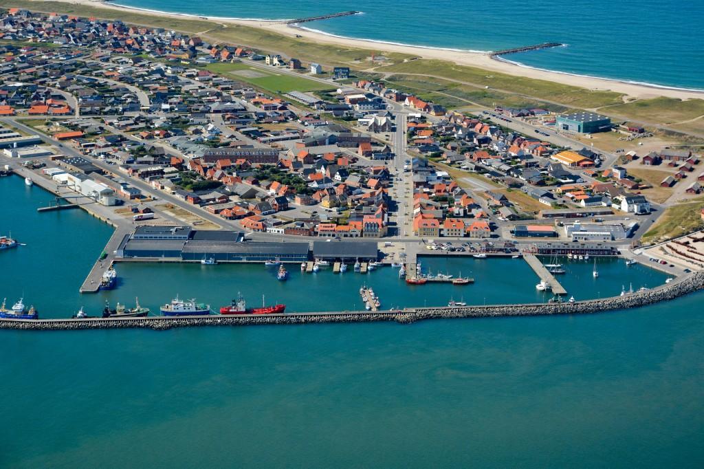 15.08.2013: Thyborøn havn og by, klitter, høfder og Vesterhav i baggrund