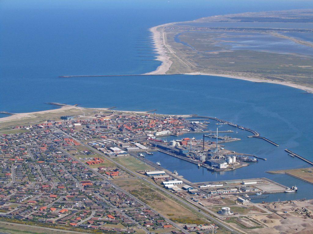 Luftfoto 03.06.04: Thyborøn havn med kanalen (Limfjorden) og Agger Tange