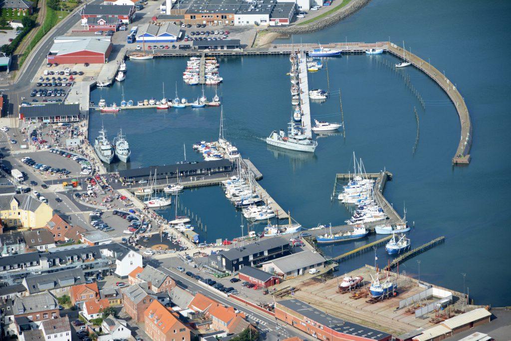 Luftfoto 10.08.15 : Lemvig havn med ny havnefront og ny mole, flådebesøg og bagagerumsmarked