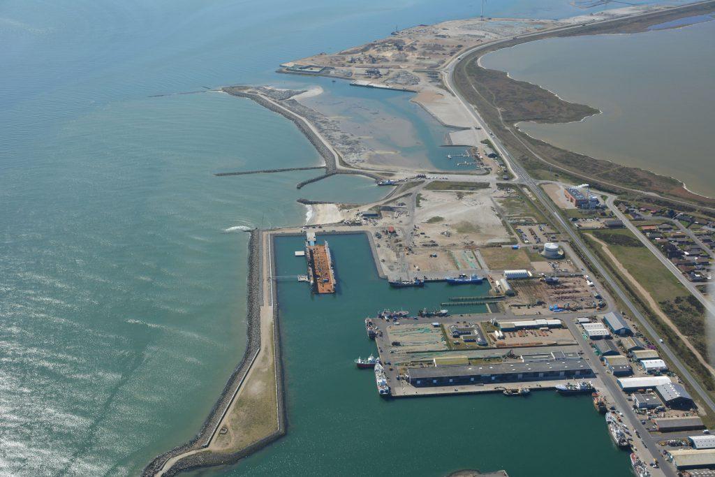 Luftfoto 04-05-16 Thyborøn havn med tørdok, færgeleje og sydhavn