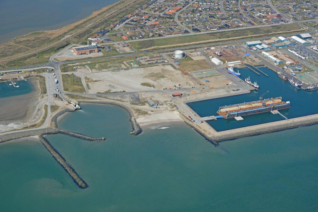 Luftfoto Thyborøn, færgen Kanalen, tørdok, fjernvarmeværk