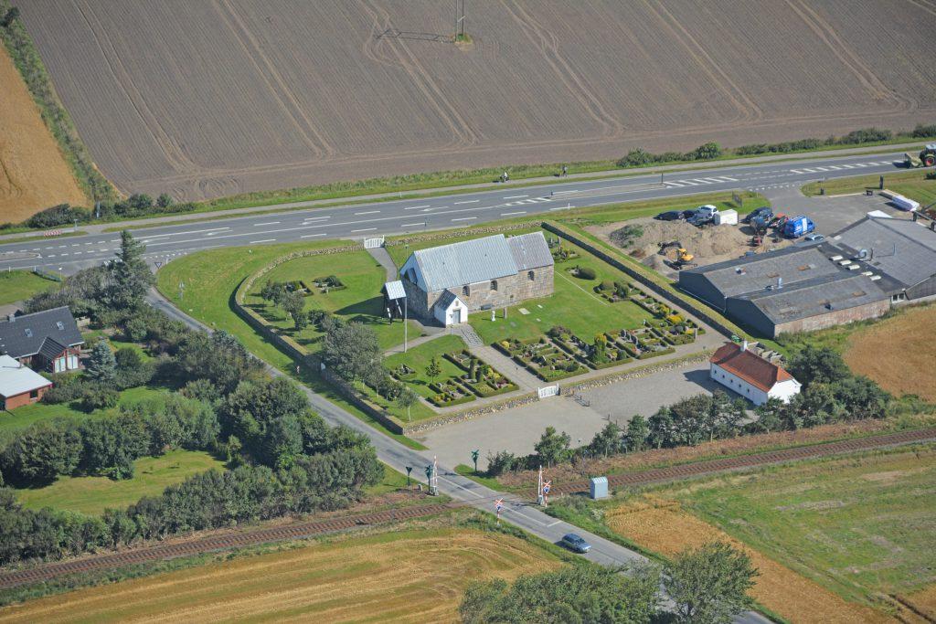 Heldum kirke vest for Lemvig, luftfoto 19.08.2016