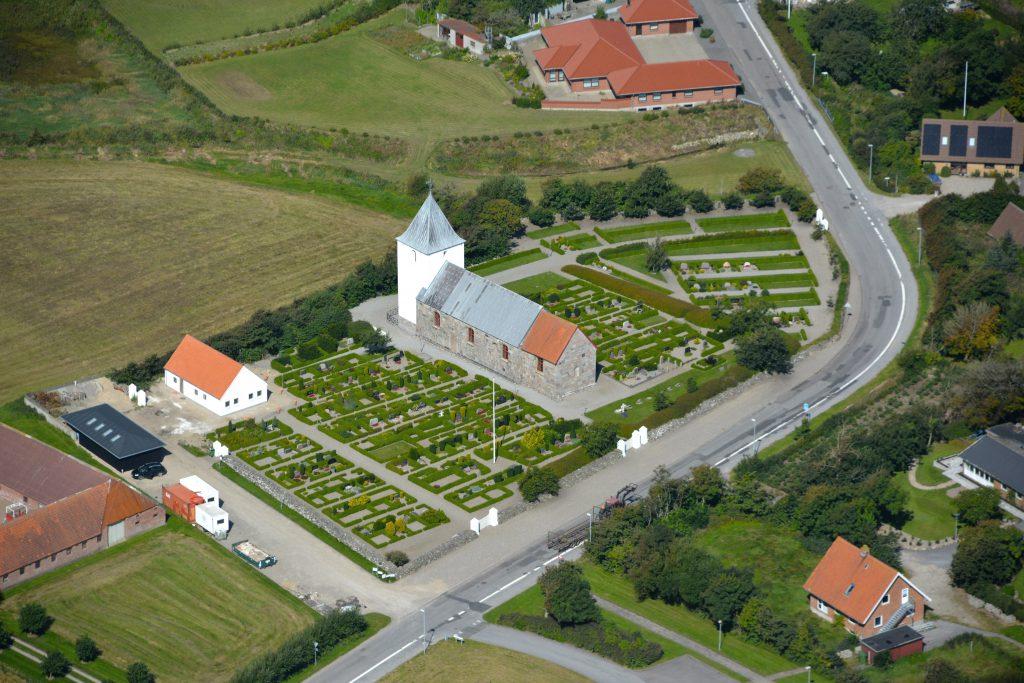 Houe kirke (Klinkby - Tørringhuse vest for Lemvig), luftfoto 190816