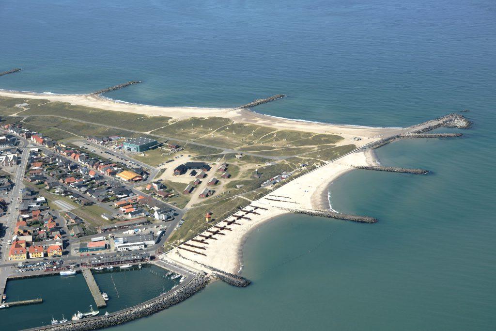 Luftfoto: Thyborøn, nordvestlige del med Sea War Museum, Kystcenter, Mindepark og Jyllands Akvariet