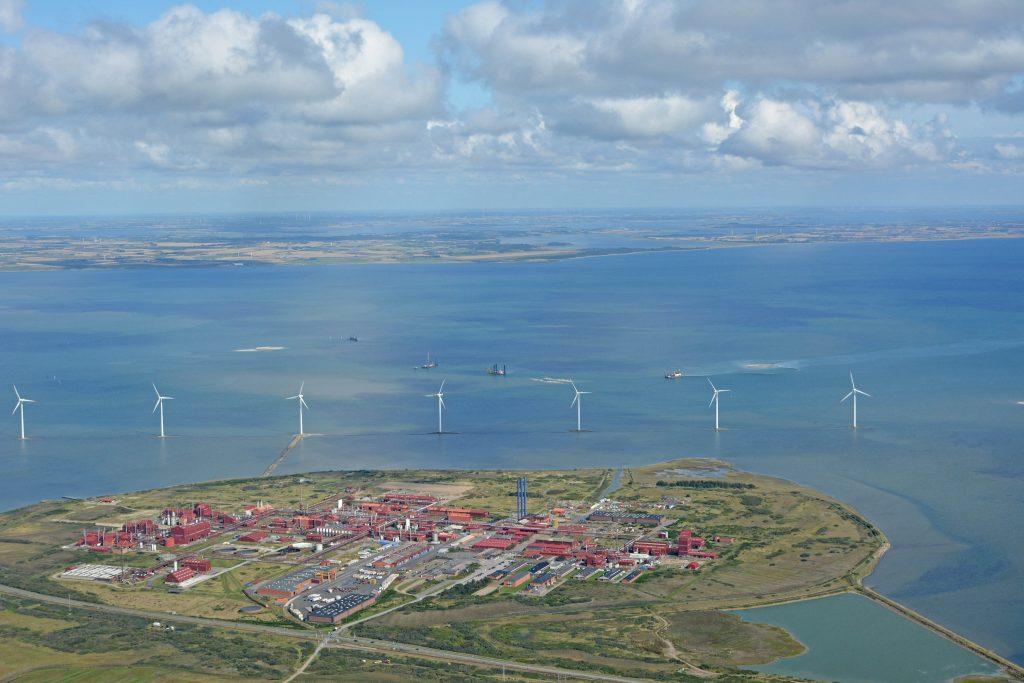 Luftfoto 01.09.17: Cheminova, Nissum Bredning med vindmøller og Thy/Thyholm i horisonten