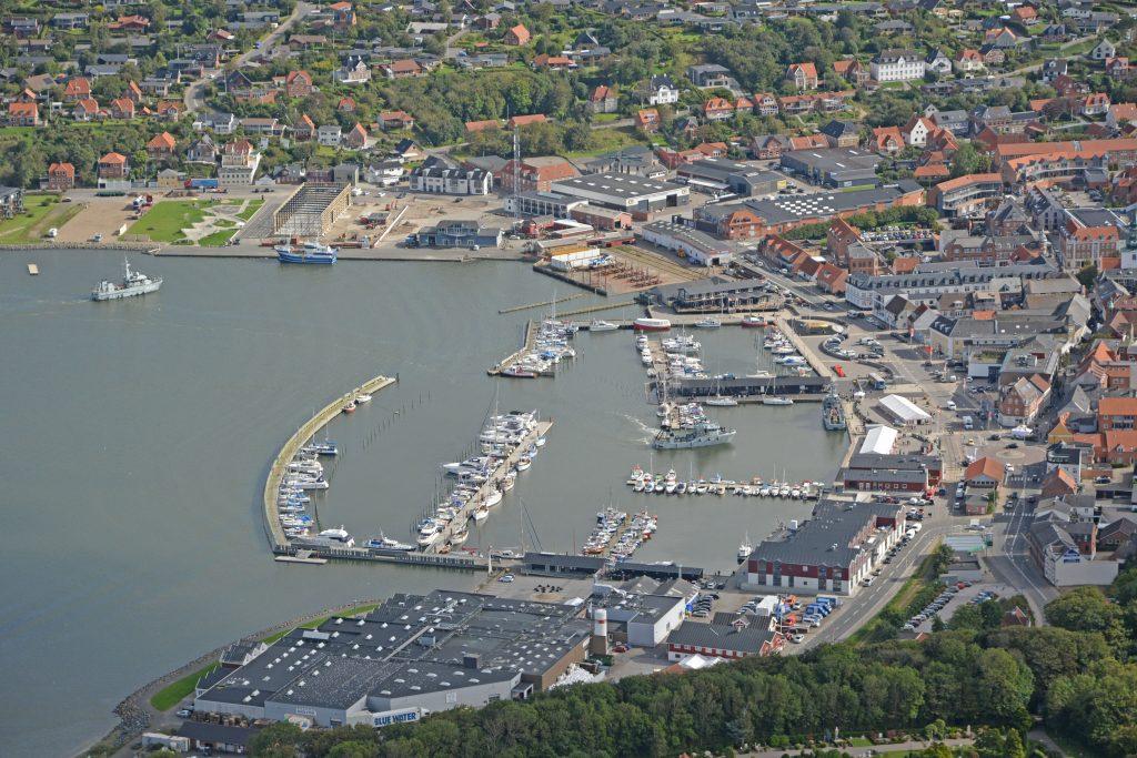 Lemvig havn gøres klar til krabbefestival. På østhavnen ved siden af skaterparken begynder det nye smedeværksted at tage form