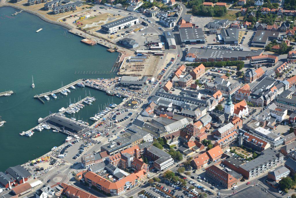 16.07.18 luftfoto Lemvig by og havn - med bagagerumsmarked på havnen