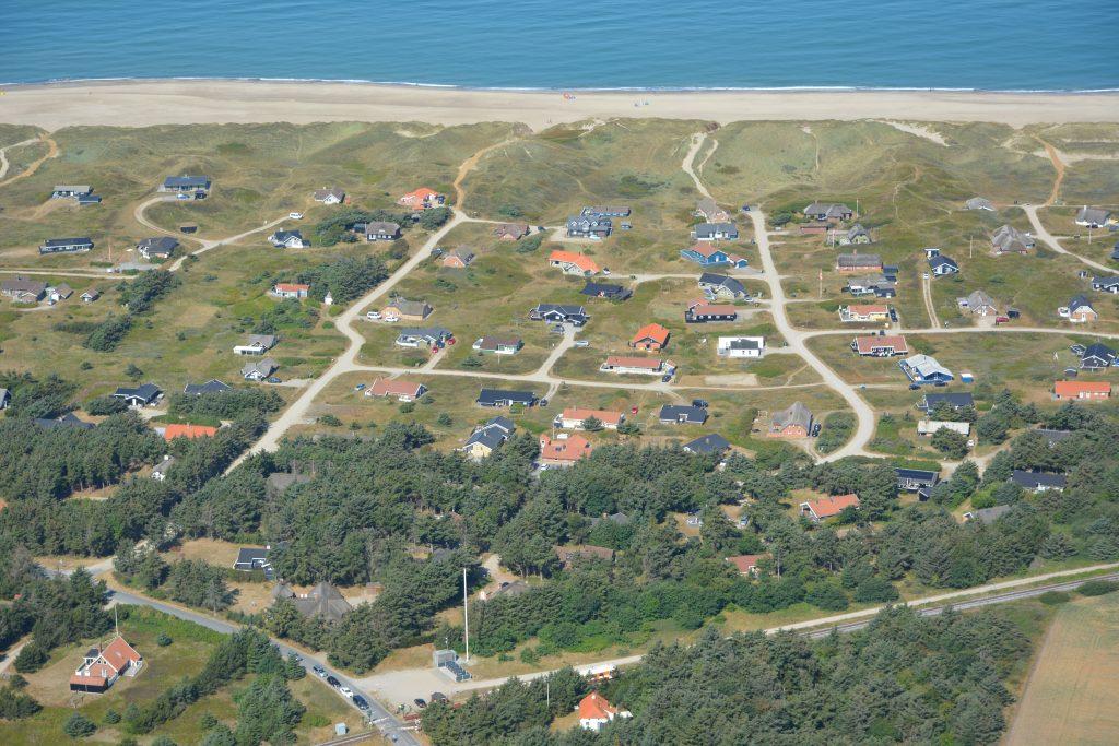 Luftfoto / Aerial photo, Sommerhusområdet Værmlandvej og Viktoriavej med Victoria Street Station i forgrunden (VLTJ er lige ankommet)