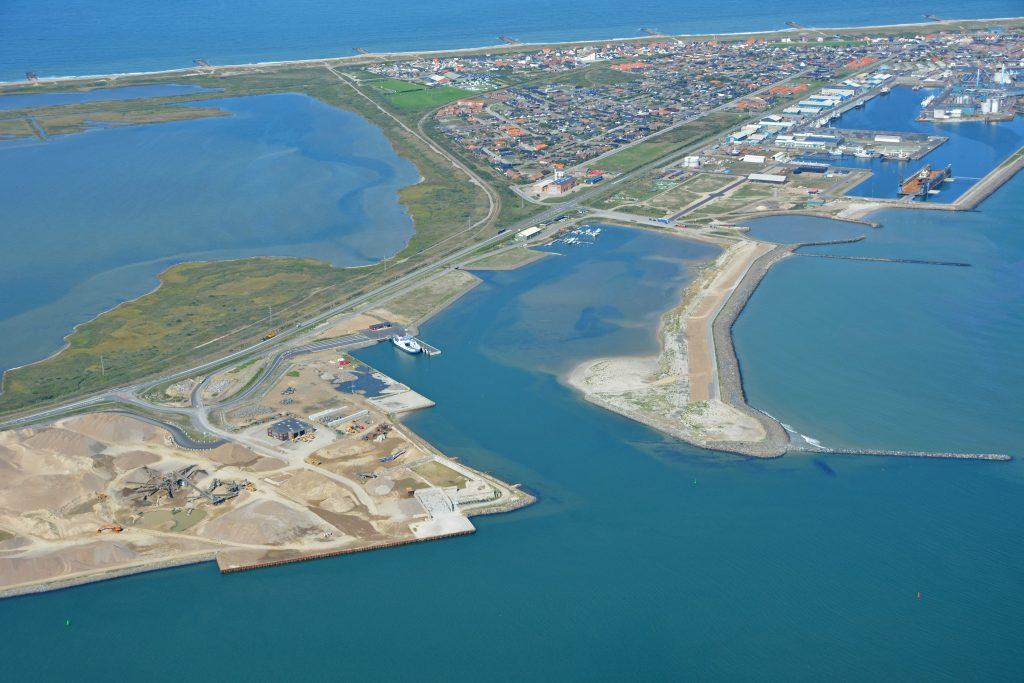 """Thyborøns nye færgehavn med """"Kanalen"""", luftfoto 21.08.18"""