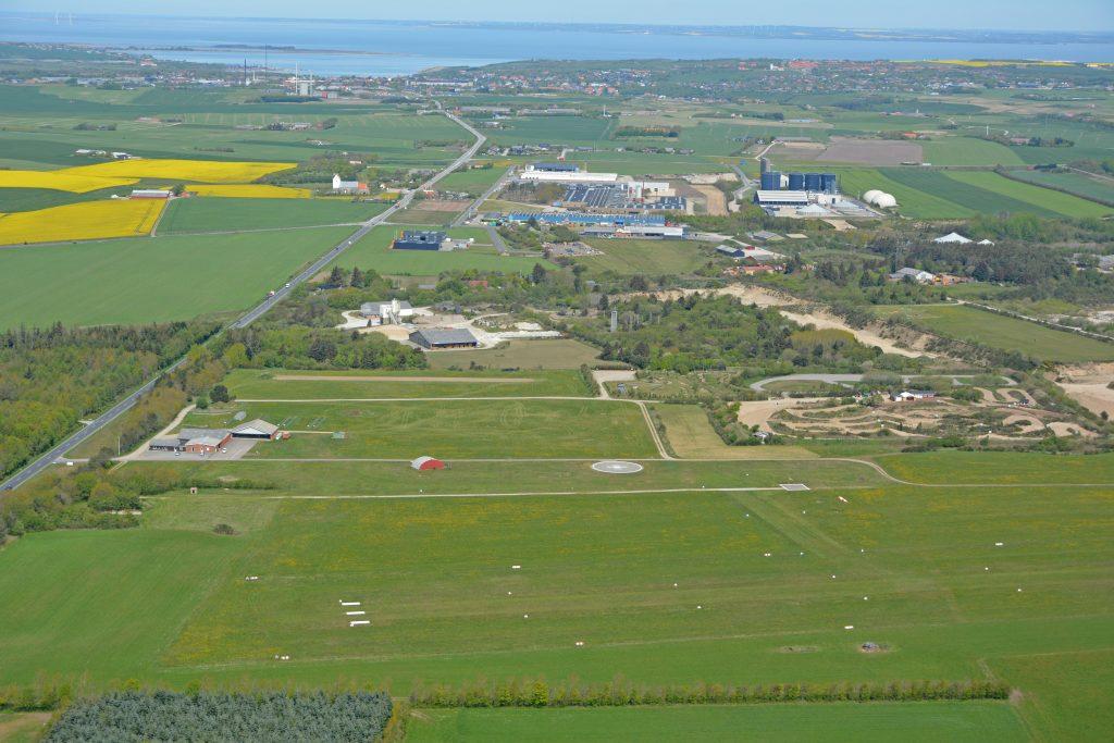 Lemvig flyveplads med Lemvig i baggrunden, luftfoto maj 2019