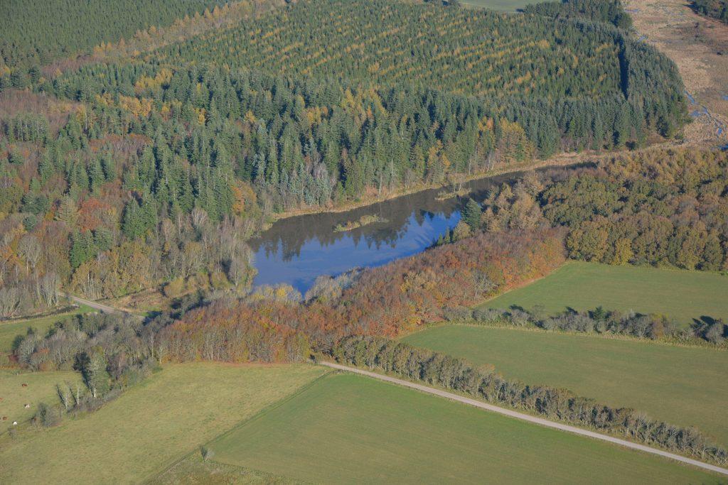 Luftfoto 291019, efterårsfarver ved Møllesøen, Klosterheden, Lemvig