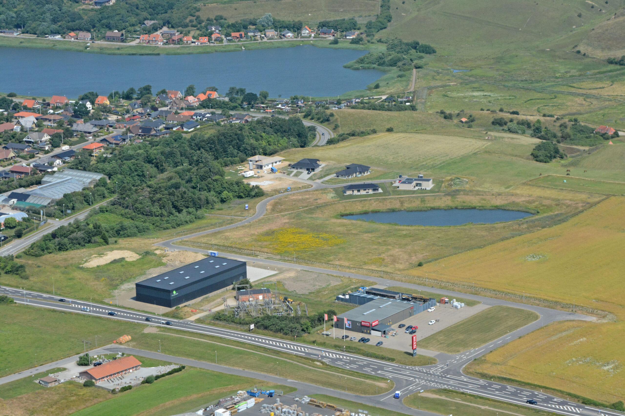 Luftfoto 19.07.21, Saturnvej: Padel Sport Lemvig, Jem&Fix og boligområde Søglimt med Lemvig sø i baggrunden